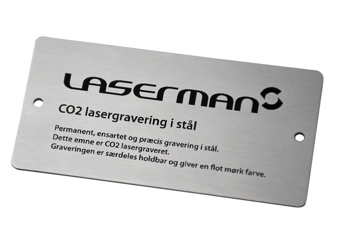 Lasergravering i stålskilt med LaserMans logo