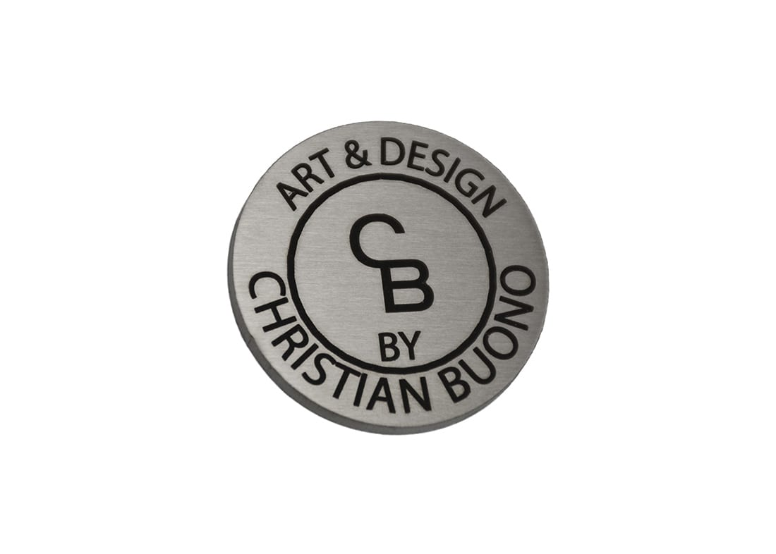 Rundt skilt i stål med lasergraveret logo