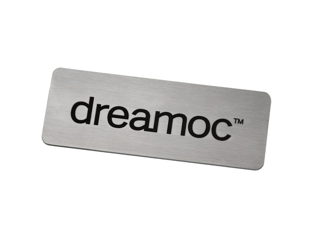 Skilt i børstet stål med indgraveret logo