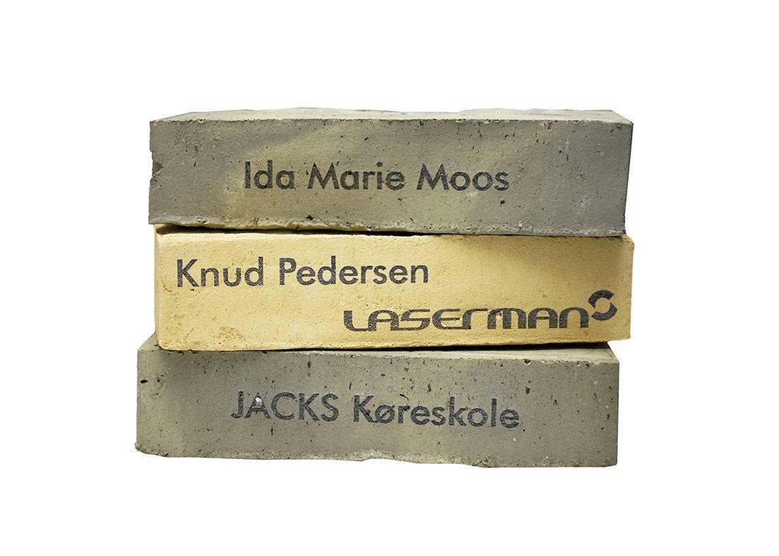 Indgravering i mursten m. navne