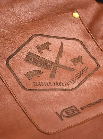 Gravering i læder forklæde af logo