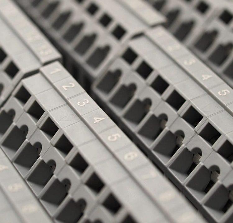 Gravering i plast el-klemrække