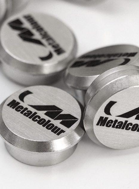 Lasergravering i stål knapper med logo