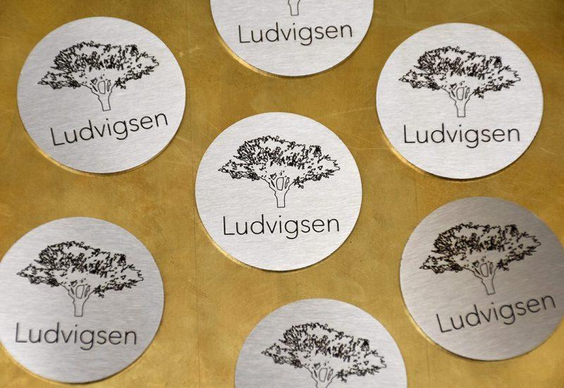 Lasergravering af logo i metal skilte